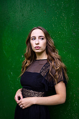 Portrait of a woman on a green background - p1166m2130069 by Cavan Images
