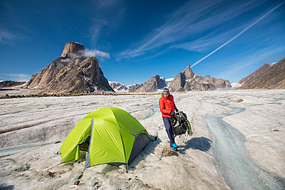 Mountaineer in mountain landscape, Baffin Island, Canada. - p1166m2189703 by Cavan Images