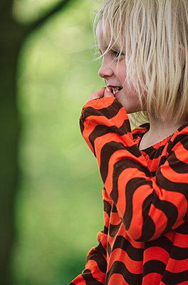 Mädchen im Wald - p1602m2168506 von Frisch Fotografie