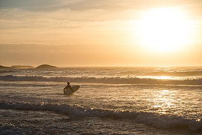 Surfer - p1142m966115 by Runar Lind