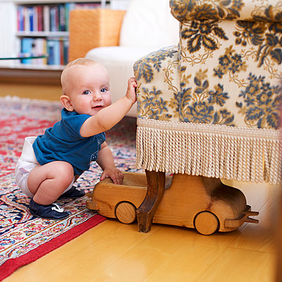 Baby spielt mit Holzauto - p606m1442203 von Iris Friedrich