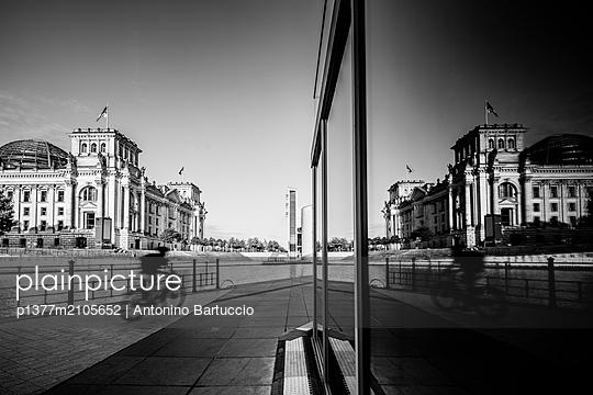 Germany, Berlin, Berlin Mitte, Spree, Reichstag Parliament Building, Person in bicycle - p1377m2105652 by Antonino Bartuccio