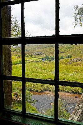 Blick aus dem Fenster in die Grampian Mountains, Schottland - p1145m1558726 von Kerstin Lakeberg
