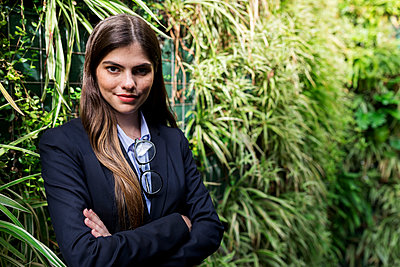 Portrait of confident young businesswoman surrounded by plants - p300m2069788 by Valentina Barreto