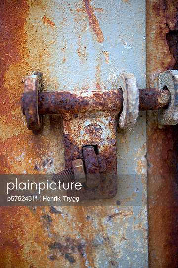 A rusty lock close-up - p5752431f by Henrik Trygg