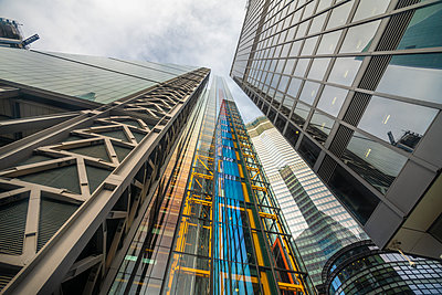 Business towers in the city of London from below - p1166m2137008 by Cavan Images