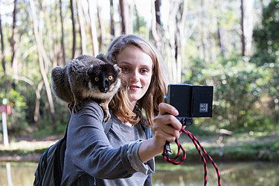 Selfie mit Lemur - p1272m1515601 von Steffen Scheyhing