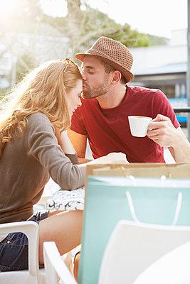 Couple on shopping tour having a coffee break - p300m975542f by zerocreatives