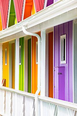 Colorful houses near Kapaa, Kauai island, Hawaii, USA - p651m2085158 by Stefano Termanini