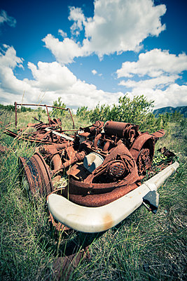 Rusty vehicle in the countryside - p829m1110829 by Régis Domergue