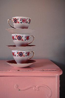 gestapelte Vintage-Tassen - p045m1168997 von Jasmin Sander