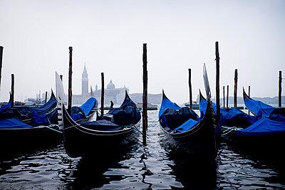 Gondeln in Venedig - p1149m1332993 von Yvonne Röder