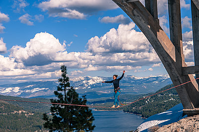 Woman highlining, Donner Pass, Truckee, California, USA - p429m2019176 by Alex Eggermont