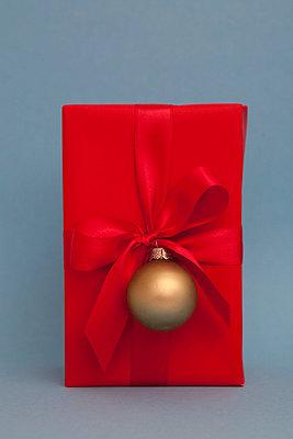 Weihnachtsgeschenk mit Christbaumkugel - p4540692 von Lubitz + Dorner
