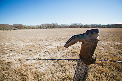 Abandoned boot on fencepost, Texas, USA - p924m930159f by Matt Hoover Photo