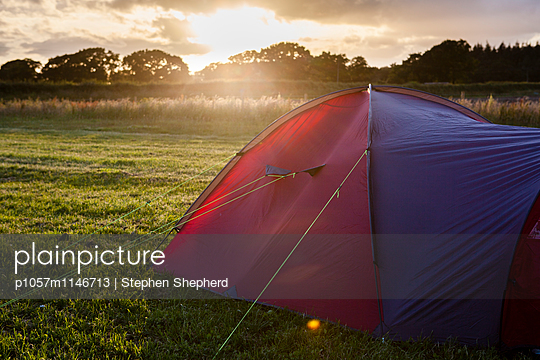 Zelt an der Wiese - p1057m1146713 von Stephen Shepherd