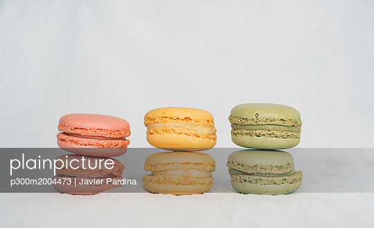 Colorful macarons in a row - p300m2004473 von Javier Pardina