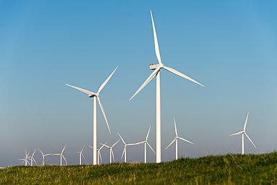 Windpark vor blauem Himmel - p1079m1137122 von Ulrich Mertens