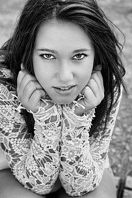 Weiblicher Teenager mit Spitzenbluse - p1445m2125926 von Eugenia Kyriakopoulou