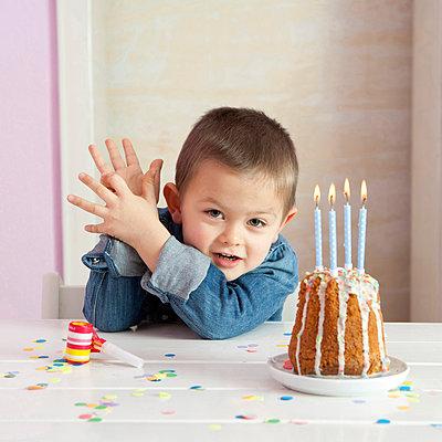 Vierter Geburtstag - p806m904228 von Levi + Lo