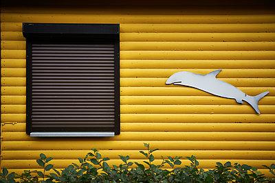 Blockhaus mit Delfinfigur - p851m1214782 von Lohfink