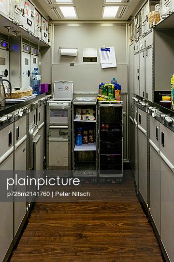 Bordküche innerhalb eines Flugzeugs - p728m2141760 von Peter Nitsch