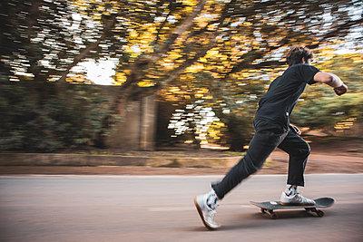Boy on Skate Board - p1640m2296037 von Holly&John