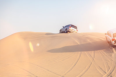 UAE, off-road vehicles on a trip in the desert between Abu Dhabi and Dubai - p300m1450265 by Michael Malorny