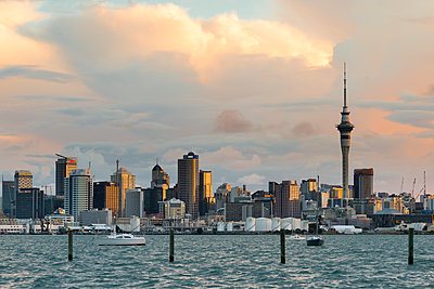 New Zealand, North Island, Auckland, Auckland skyline in the evening - p300m2042792 by Markus Kapferer