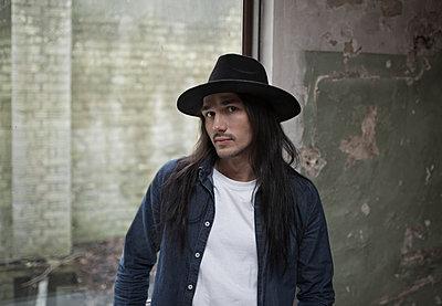 Junger Mann mit Hut - p341m1218767 von Mikesch