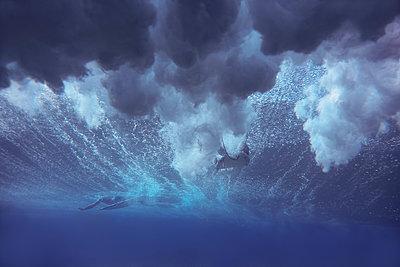 Maledives, Indian Ocean, surfer sitting on surfboard, underwater shot - p300m2023738 von Konstantin Trubavin