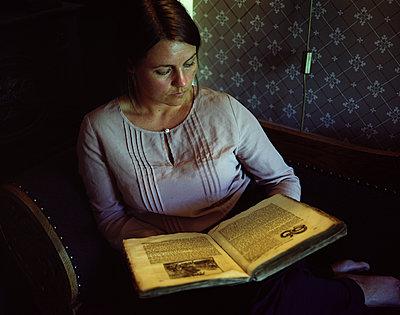 Woman reading book - p945m1502137 by aurelia frey