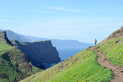 Hiker at the cliffs - p949m658740 by Frauke Schumann