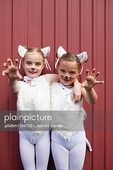 Kätzchen fahren die Krallen raus - p045m1154733 von Jasmin Sander