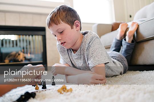 Kinder spielen Schach - p1262m1198430 von Maryanne Gobble
