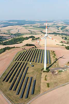 deutsche Landschaft mit regenerativer Energieerzeugung - p1079m1184938 von Ulrich Mertens