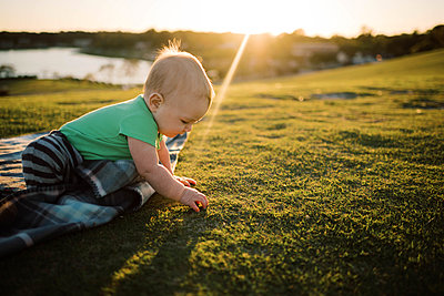 Baby boy at the park during sunset. - p1166m2163058 by Cavan Images
