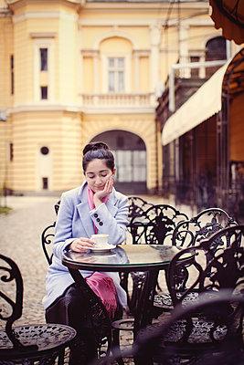Junge Frau in einem Straßencafé - p1432m1503184 von Svetlana Bekyarova