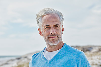 Portrait of man on the beach - p300m1153827 by Roger Richter