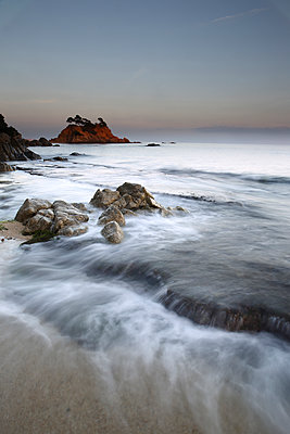 Spain, Castell-Platja d'Aro, Belladona Cove at sunset - p300m2083202 von David Santiago Garcia