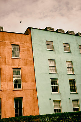 Two painted terraced houses in seaside town - p597m2277964 by Tim Robinson