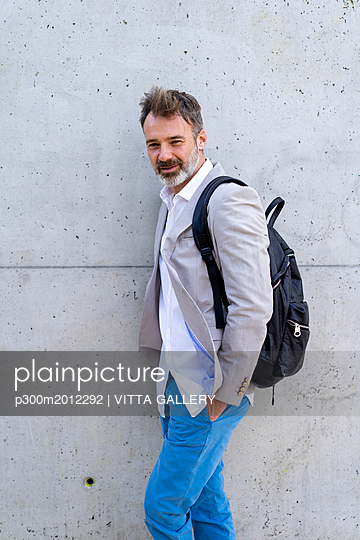 Portrait of casual businessman with backpack - p300m2012292 von VITTA GALLERY