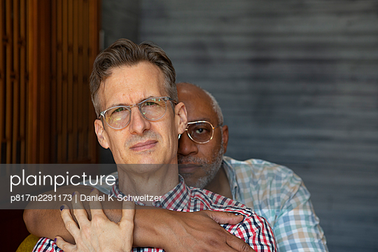 Gay couple embracing, portrait - p817m2291173 by Daniel K Schweitzer