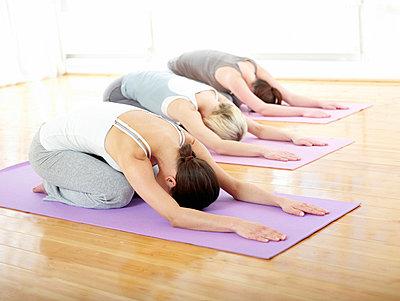 Drei Frauen machen Pilatesübung Shell  - p6430265f von senior images RF