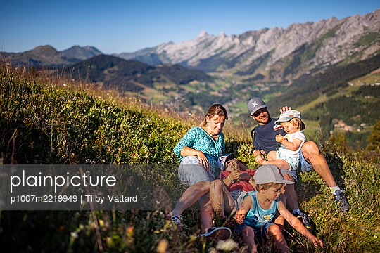 Family outing in the mountains, France - p1007m2219949 by Tilby Vattard