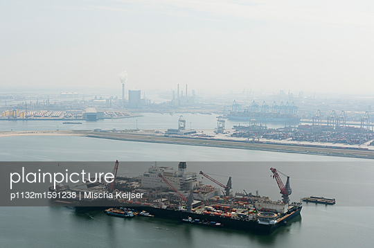 Giant ship for the deconstruction of oil platforms. - p1132m1591238 by Mischa Keijser