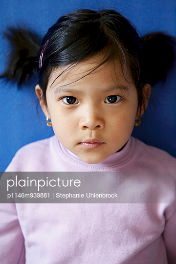 Little asian girl - p1146m939881 by Stephanie Uhlenbrock