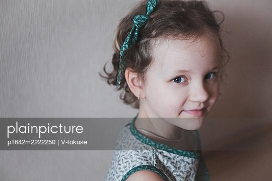 Porträt eines kleinen Mädchens mit Haarband - p1642m2222250 von V-fokuse