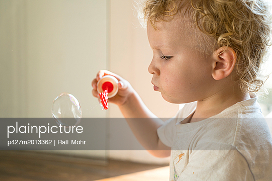 Kind macht Seifenblasen - p427m2013362 von R. Mohr