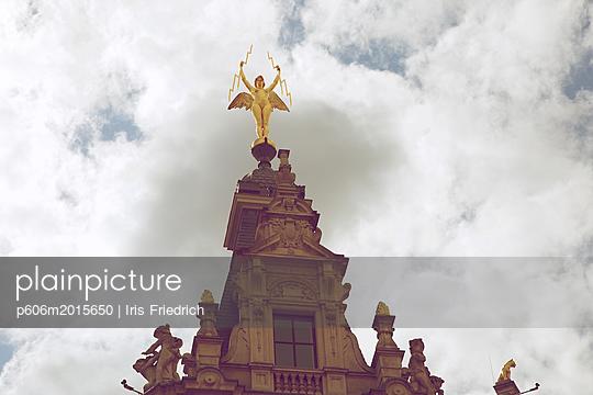 Goldene Engel Statue mit zwei Pfeilen - p606m2015650 von Iris Friedrich